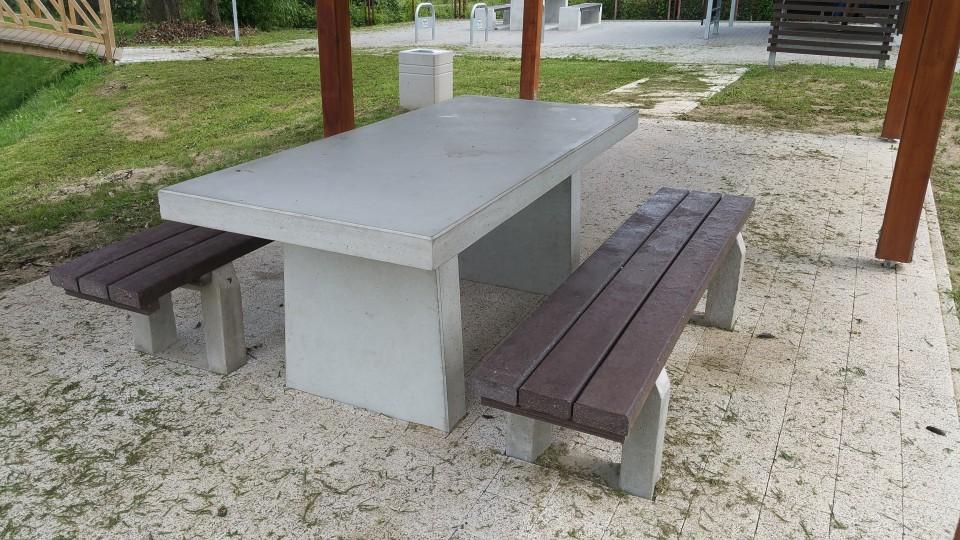 Łomża, park – stoły