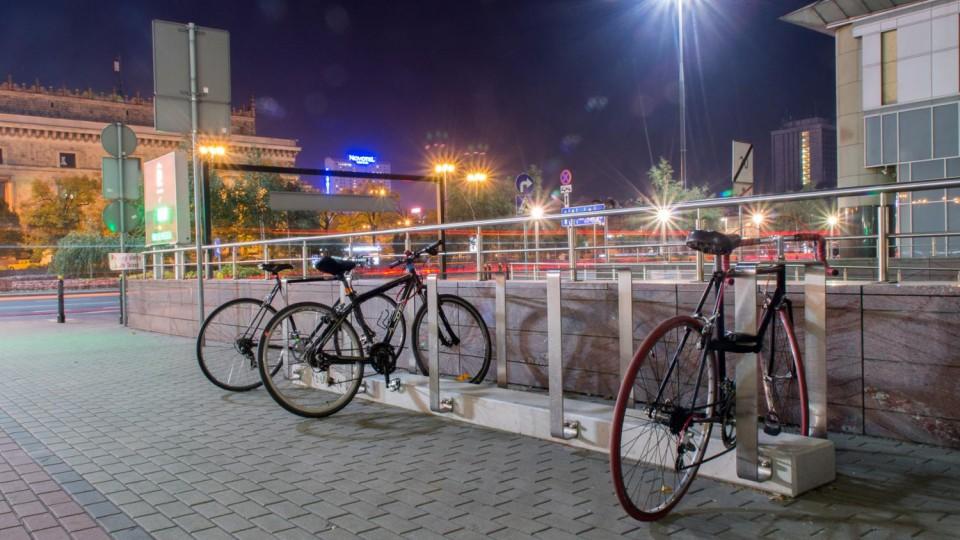 Biurowiec, Warszawa – stojak na rowery